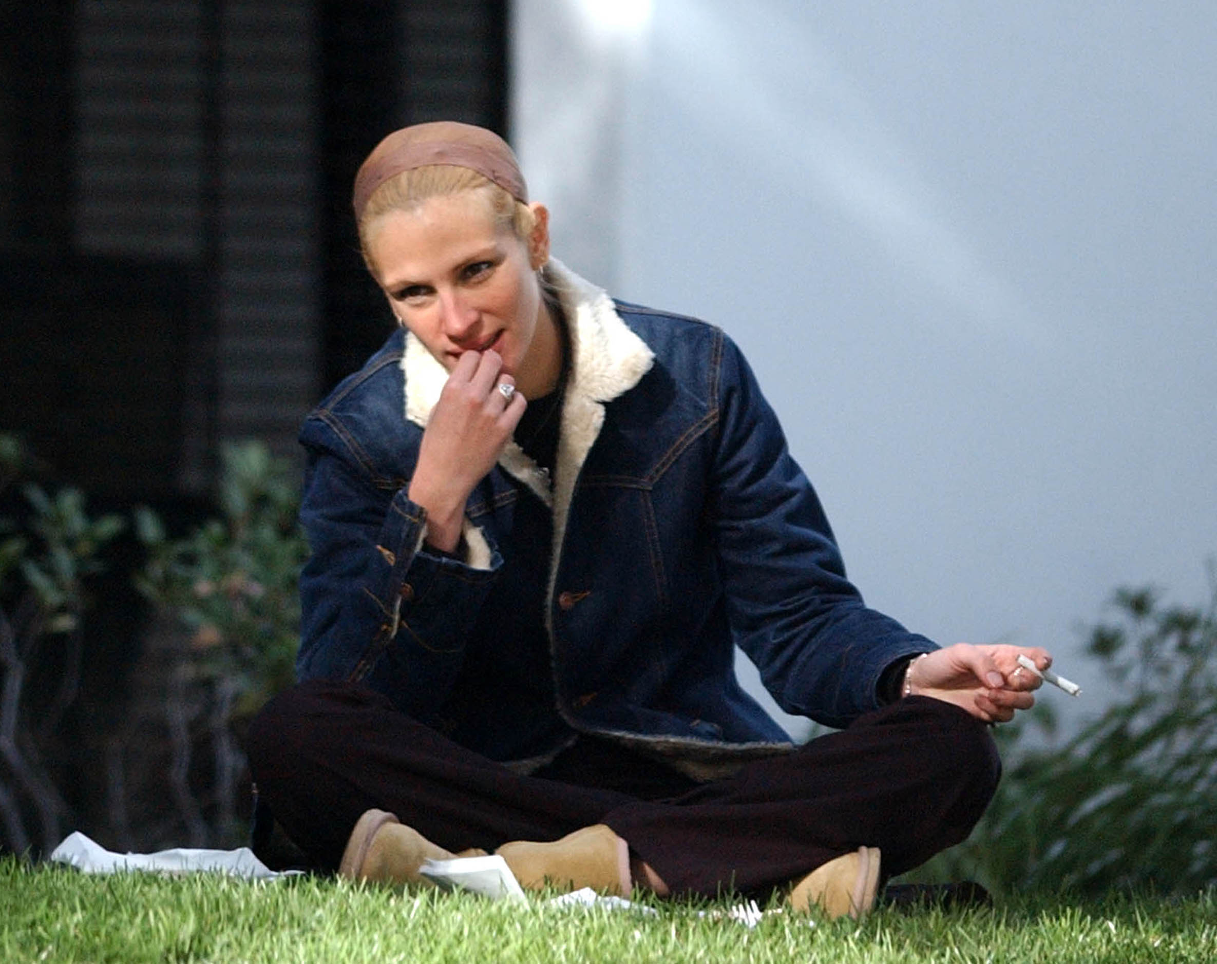 Julia Roberts spotted smoking